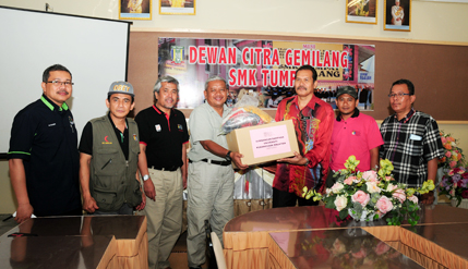 Flood Relief Aid To Two Schools That Donated To UKM's Formation