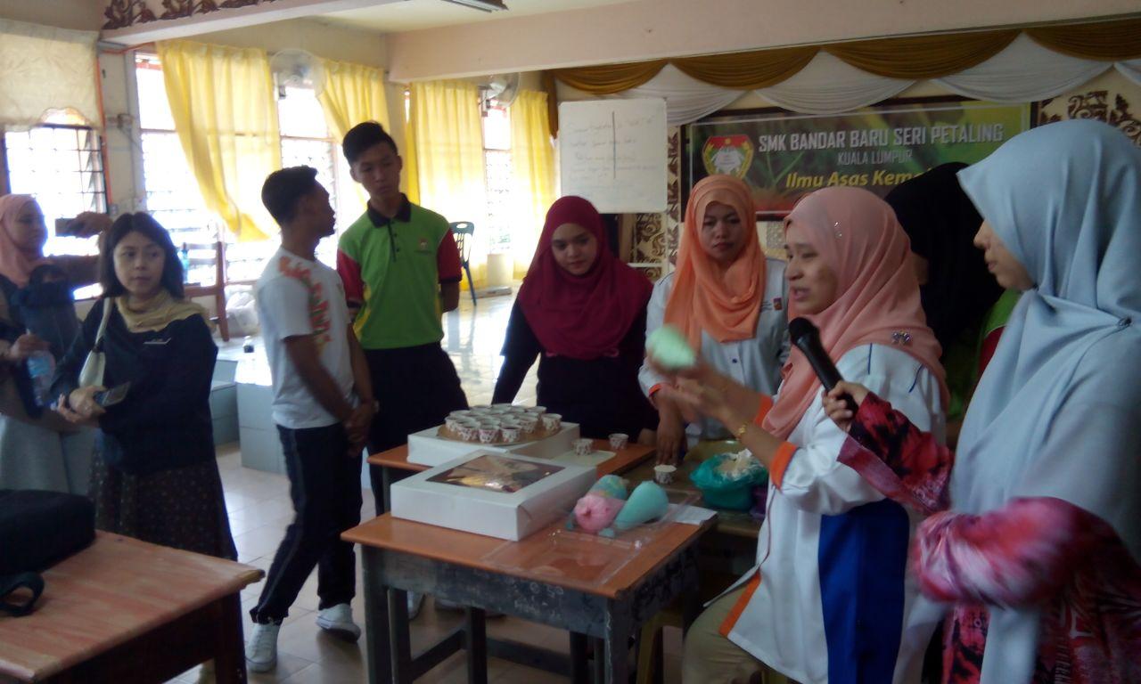 Pelajar diberi penerangan berkenaan PERKASA@remaja UKM oleh tenaga pengajar Kek & Pastri